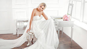 Фотография Букеты Блондинок Невесты Сидящие Платье Взгляд