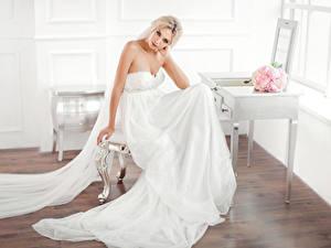 Фотография Букеты Блондинок Невесты Сидящие Платье Взгляд Девушки