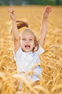 Картинка Поля Девочки Счастье Руки Ребёнок