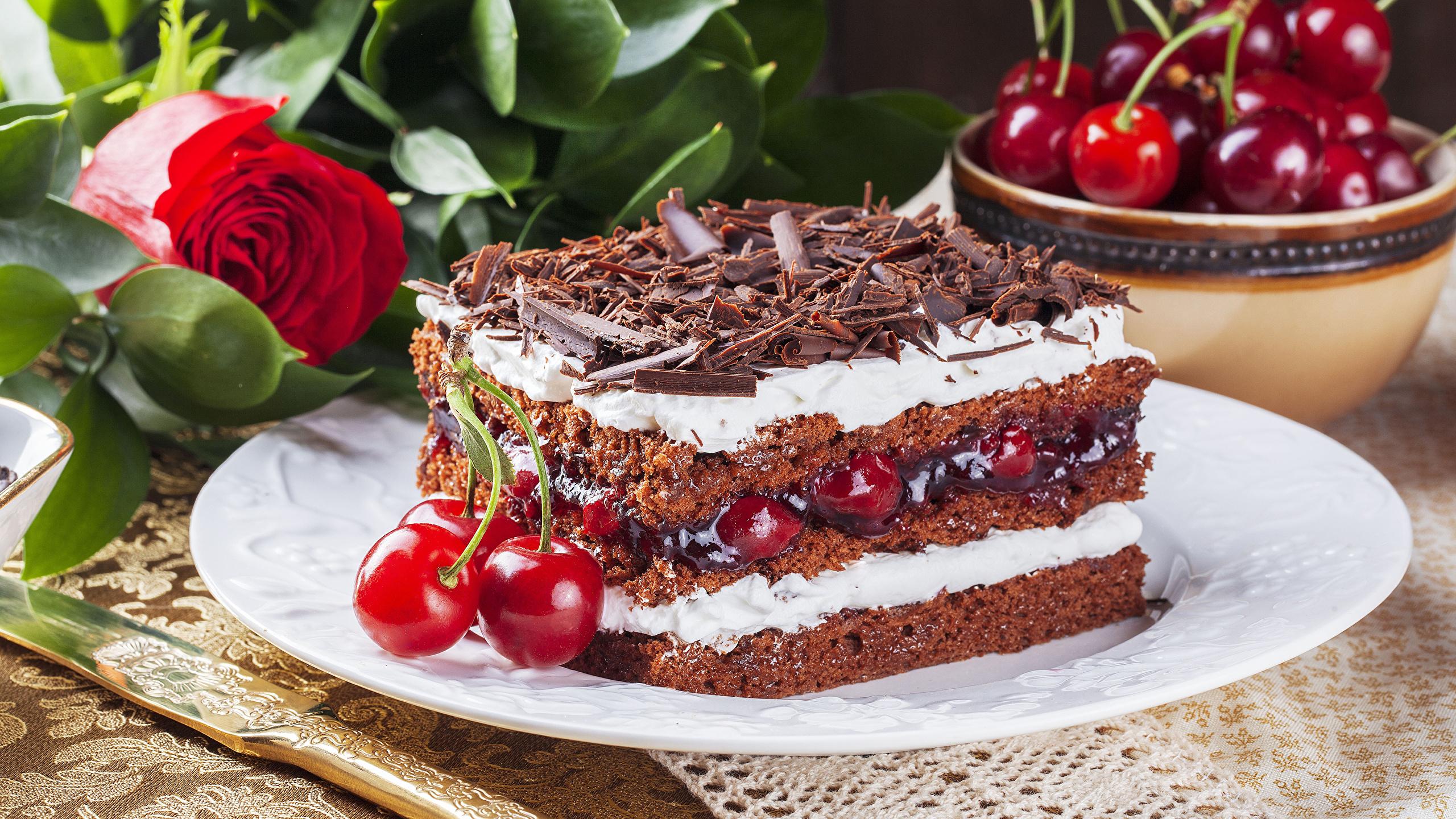 Фото Шоколад Розы Торты Кусок Черешня Продукты питания 2560x1440 часть Вишня Еда Пища