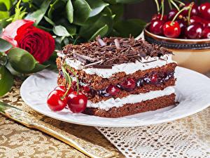 Фото Торты Вишня Шоколад Розы Кусочки Продукты питания