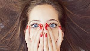Фото Пальцы Руки Маникюр Волосы Шатенка Лицо Эмоции изумление Девушки
