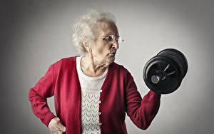Обои Фитнес Пожилая женщина Гантели Спорт