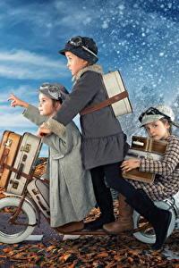 Картинка Зимние Весна Девочка Трое 3 Чемоданы Снега ребёнок Юмор