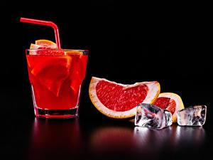 Фото Алкогольные напитки Коктейль Грейпфрут Черный фон Рюмки Льда Еда