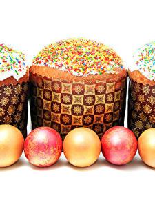 Фотографии Праздники Пасха Кулич Выпечка Белым фоном Яйца Втроем Еда