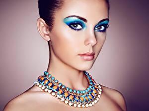 Фото Украшения Ожерельем Косметика на лице Взгляд Красивые молодые женщины