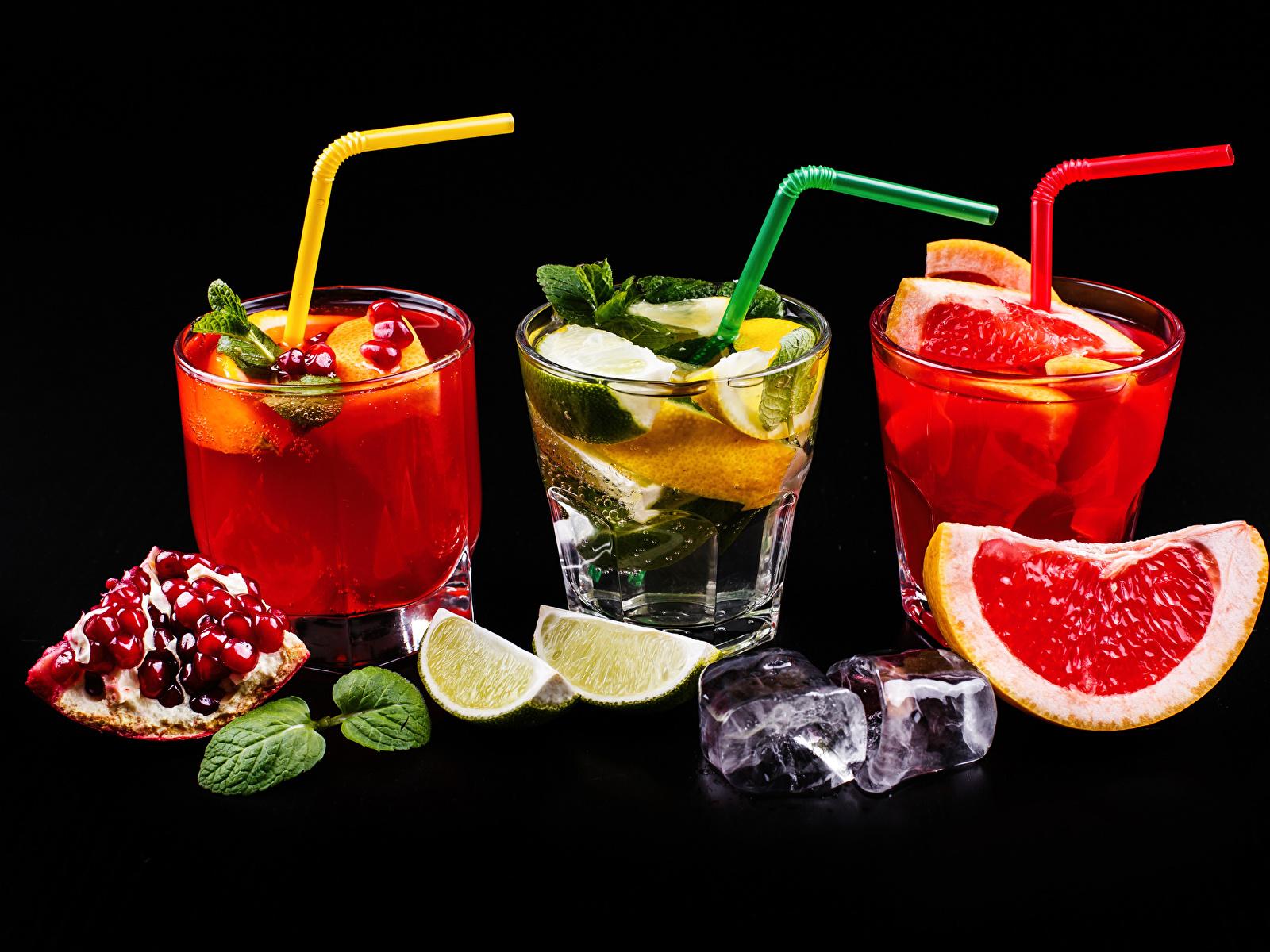 Обои для рабочего стола Алкогольные напитки льда Лайм Грейпфрут Гранат стакане Пища Трое 3 Коктейль Черный фон 1600x1200 Лед Стакан стакана Еда три втроем Продукты питания на черном фоне