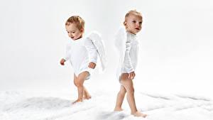 Картинка Ангелы Мальчики Грудной ребёнок 2 Крылья Смотрит Ребёнок