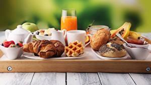 Картинка Сок Круассан Булочки Доски Завтрак Стакане Чашке Продукты питания