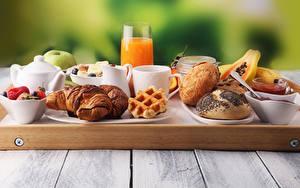 Картинка Сок Круассан Булочки Доски Завтрак Стакане Чашке Продукты питания Еда