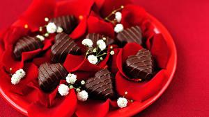 Фотографии День всех влюблённых Сладости Конфеты Шоколад Красный фон Сердечко Лепестки