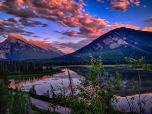 Картинка Канада Парки Горы Озеро Пейзаж Вечер Банф Облака Vermillion Lakes Природа