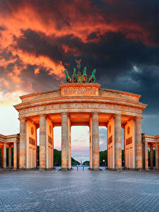 Фотографии Германия Берлин Облачно Городская площадь Колонны Ворота Brandenburg Gate