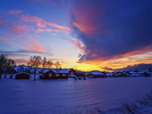 Картинка Норвегия Зима Дома Небо Рассветы и закаты Снег