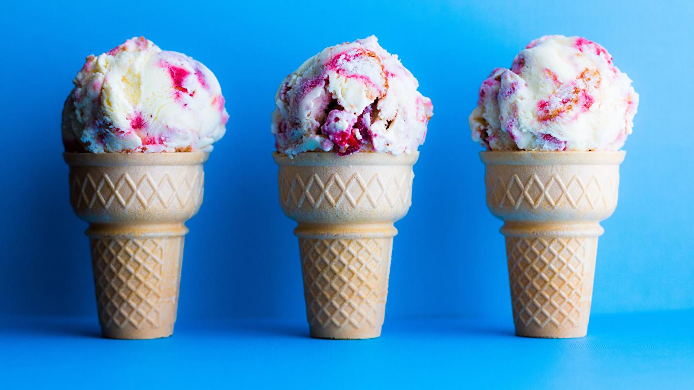 Картинка Мороженое втроем Продукты питания Сладости Цветной фон 1366x768 Еда три Пища Трое 3 сладкая еда