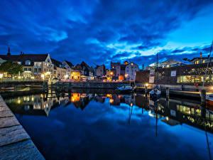 Фото Германия Дома Река Пирсы Речные суда Ночь Уличные фонари port Stralsund Города