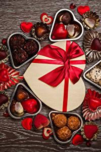 Картинка День святого Валентина Сладости Конфеты Шоколад Подарки Сердечко Бантик Еда