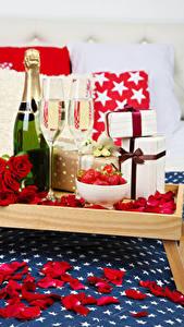 Картинки Праздники Игристое вино Розы Бутылка Бокалы Подарки Красный Лепестки Еда