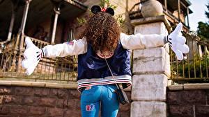 Картинки Красивые Шатенка Микки Маус костюм Сзади Джинсы MAVRIN девушка