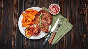 Картинка Мясные продукты Картофель фри Нож Доски Тарелка Вилки Кетчуп Продукты питания