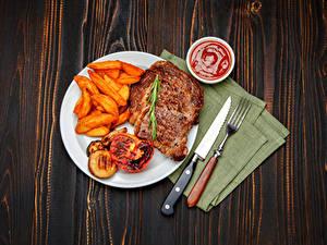 Картинка Мясные продукты Картофель фри Нож Доски Тарелка Вилки Кетчуп