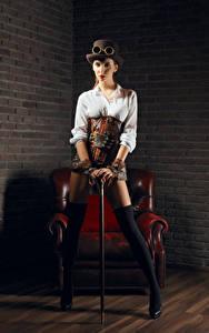 Картинки Стимпанк Кресло Униформа Шляпа Очки Ноги Красивые Девушки