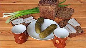 Картинка Огурцы Хлеб Доски Тарелка Сало Кружка 2