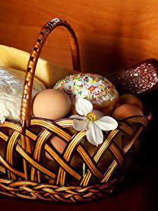 Фото Праздники Пасха Сыры Колбаса Кулич Нарциссы Яйца Корзина
