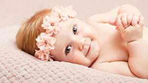 Картинка Грудной ребёнок Улыбка Смотрит Руки Красивый
