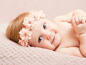 Картинка Грудной ребёнок Улыбка Смотрит Руки Красивый Дети