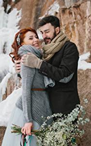 Фотографии Любовь Зима Мужчины Две Рыжая Улыбается Обнимает Девушки