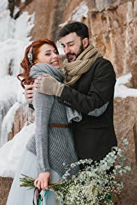 Фотографии Любовь Зима Мужчины Двое Рыжая Улыбается Обнимает Девушки