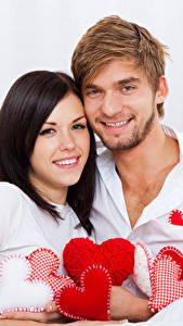 Фотографии День святого Валентина Любовь Мужчина Белом фоне Вдвоем Брюнеток Сердце Улыбка Девушки