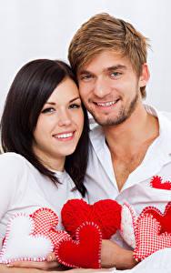 Фотографии День святого Валентина Любовь Мужчины Белый фон 2 Брюнетка Сердечко Улыбка Девушки