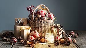 Фотографии Рождество Шарики Корзина Подарки Шишки Доски