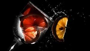 Картинки Напиток Лимоны Бокал На черном фоне Еда