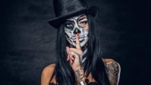 Обои Праздники Шляпа Руки Татуировка Макияж Брюнеток day of the dead молодая женщина