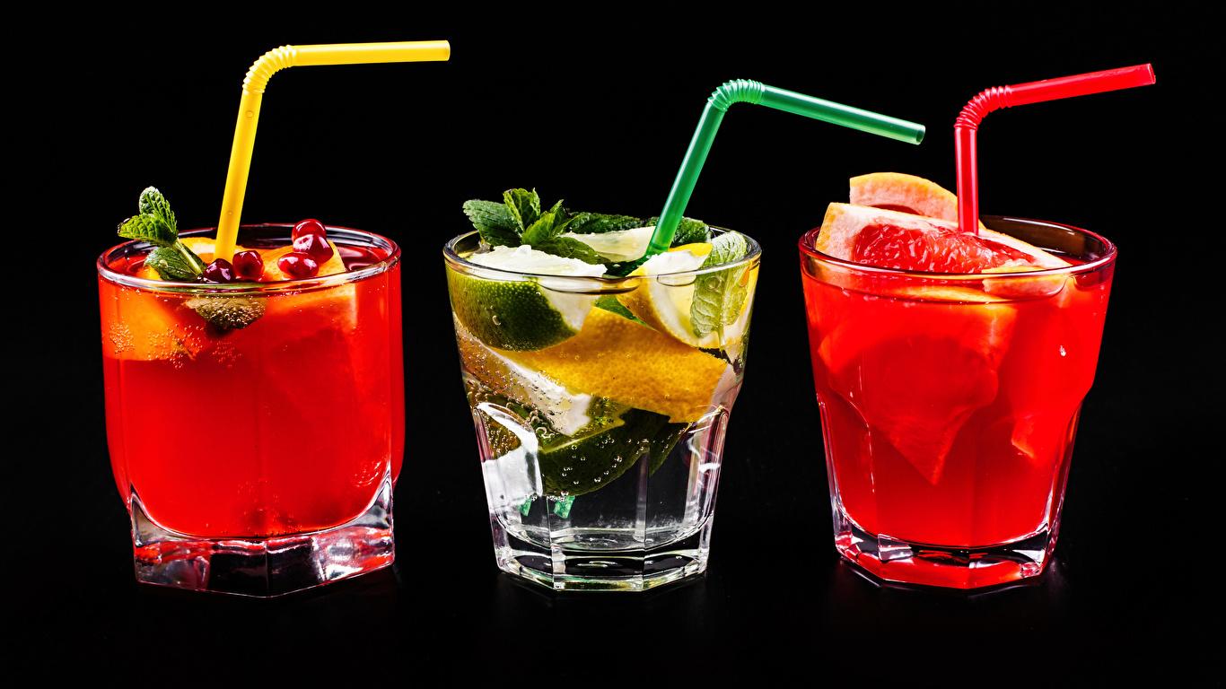 Картинки Алкогольные напитки стакана Рюмка втроем Коктейль Продукты питания Черный фон Цитрусовые 1366x768 Стакан стакане Еда Пища рюмки Трое 3