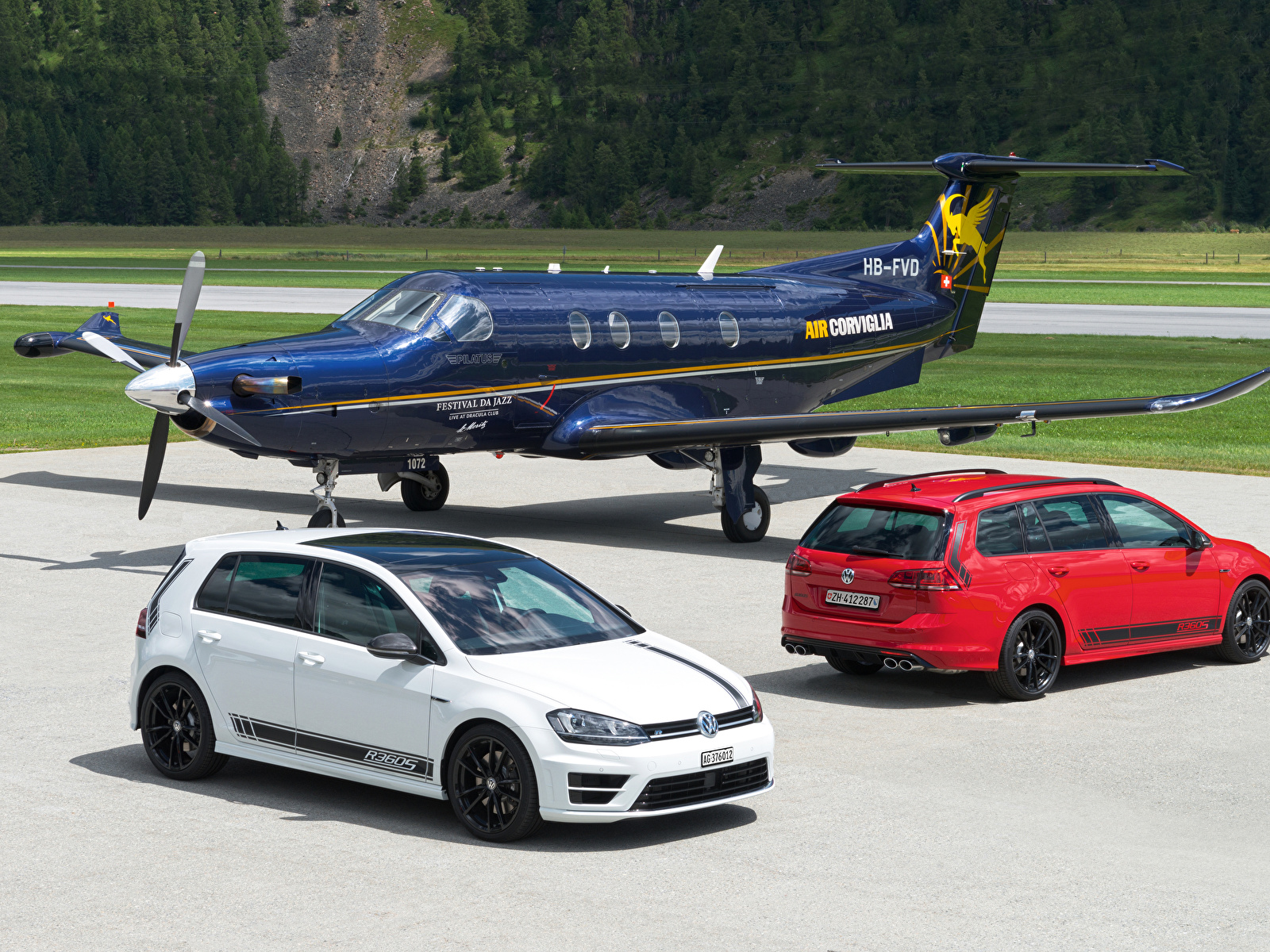 Обои Volkswagen Самолеты 2012-16 Golf две машины Металлик Авиация 1600x1200 Фольксваген 2 два Двое вдвоем авто машина автомобиль Автомобили