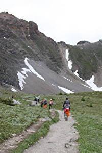 Фотографии Канада Парк Горы Тропинка Трава Гуляет Банф Природа