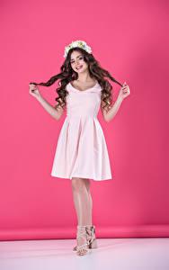 Фото Цветной фон Шатенка Платье Улыбка Руки Девушки