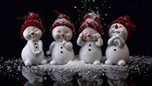 Фотография Снег Снеговики Отражение Черный фон Шапки