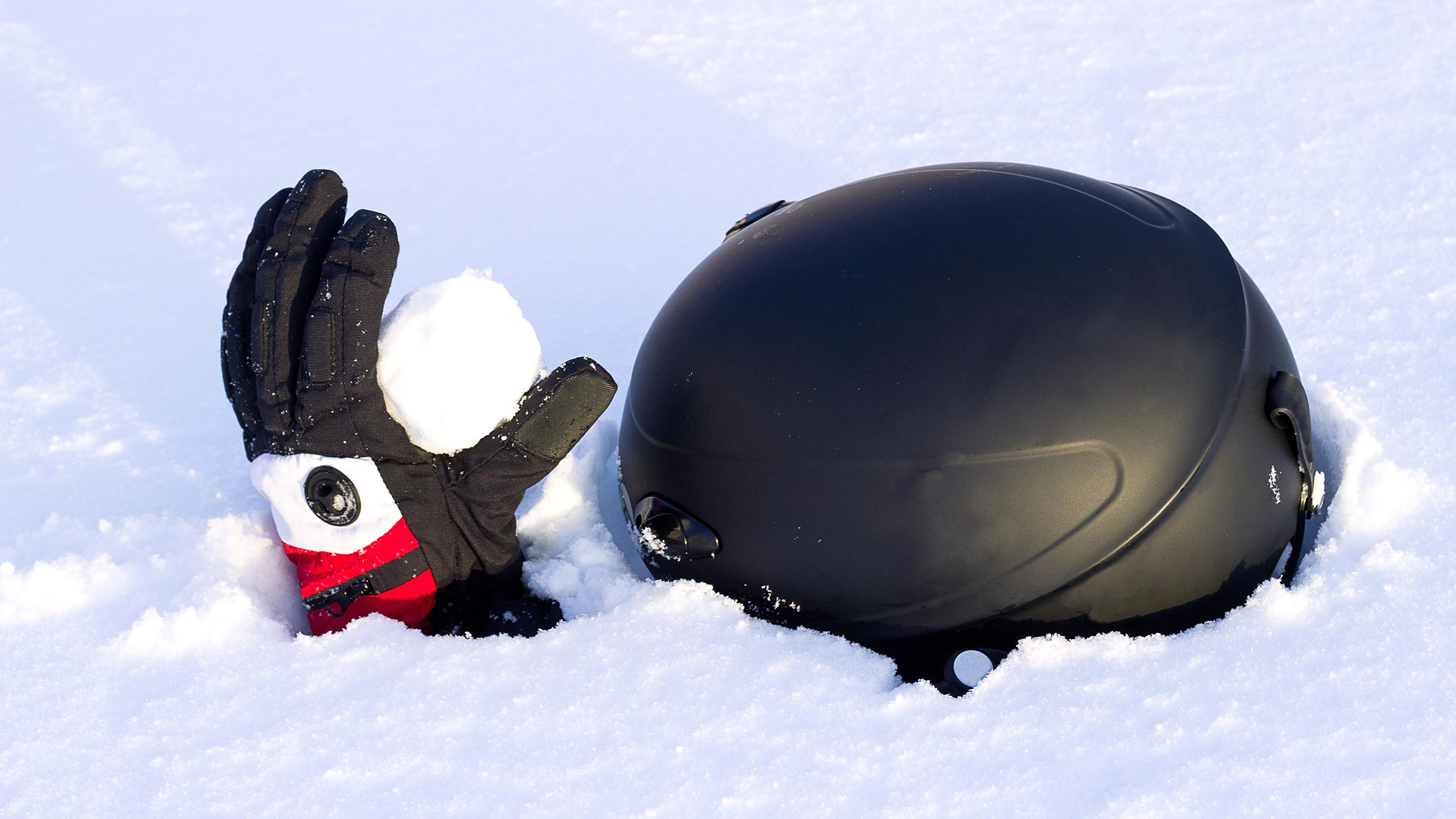 Фотографии в шлеме Перчатки Зима снега 3840x2160 Шлем шлема перчатках зимние Снег снегу снеге