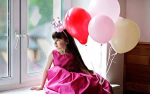 Картинки Корона Девочки Шарики Платья Окна Сидящие ребёнок