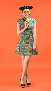 Фотография Напиток Азиатка Цветной фон Платья Очки Причёска