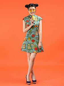 Фотография Напиток Азиатка Цветной фон Платья Очки Причёска Девушки