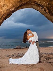 Фотография Любовь Побережье Вдвоем Свадьба Женихом Невеста Обнимаются Целование Платья молодая женщина