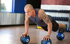 Картинка Мужчина Отжимание Мячик Рука Татуировки Спортивные Спорт