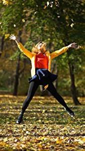 Картинки Парки Осень Прыжок Листья Деревья Девушки